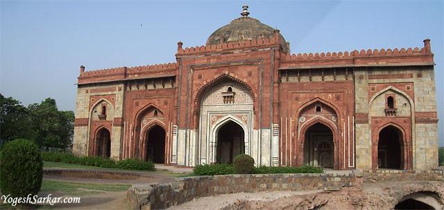 http://www.yogeshsarkar.com/delhi/purana_quila/Qal%27a-I-Kunha-Masjid-02.jpg