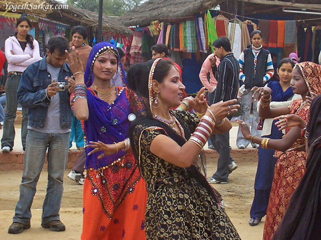 http://www.yogeshsarkar.com/delhi/surajkund-mela/rajasthani-folk-dancers.jpg